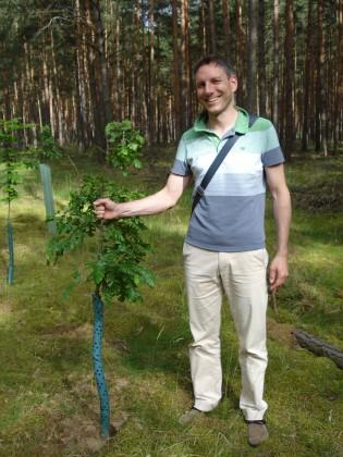 Baumspender Marco Pianka freut sich über die gut angewachsene Zerreiche